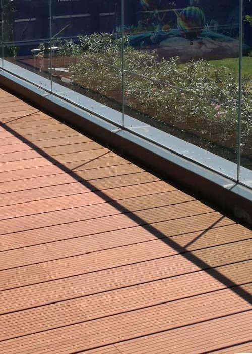 Terrassse braun mit feinem Profil und Blick auf Garten