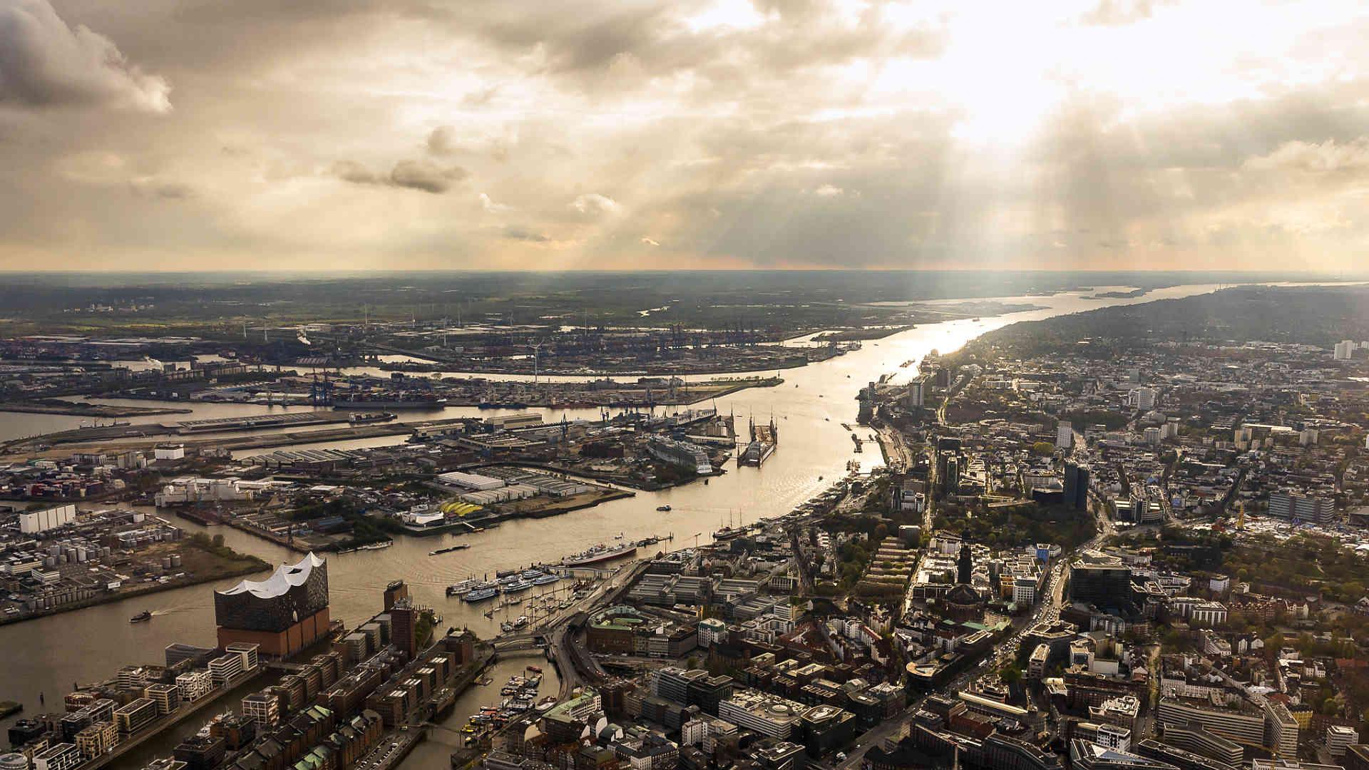 Luftaufnahme von Hamburg, Elbe, Hafen, Altstadt