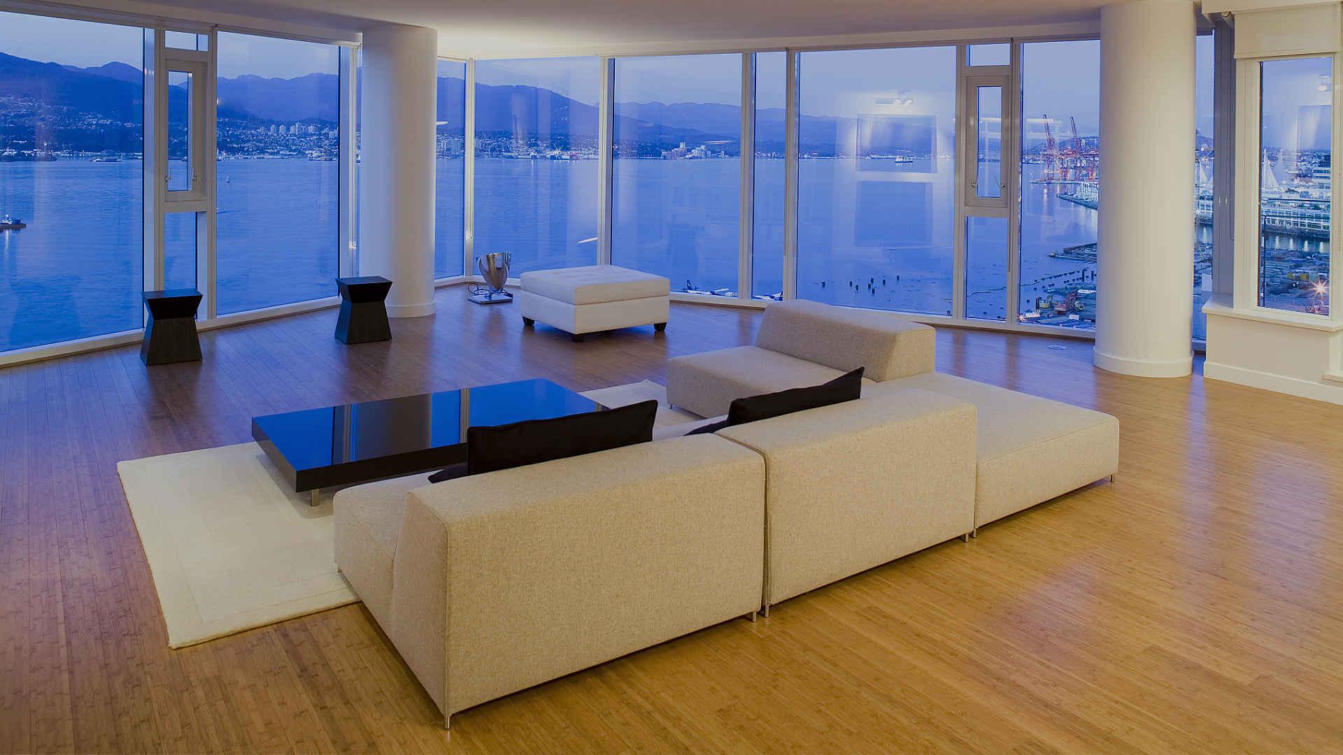 Loft mit horizontalem Bambus Parkett und moderner Einrichtung. Blick auf Bucht.