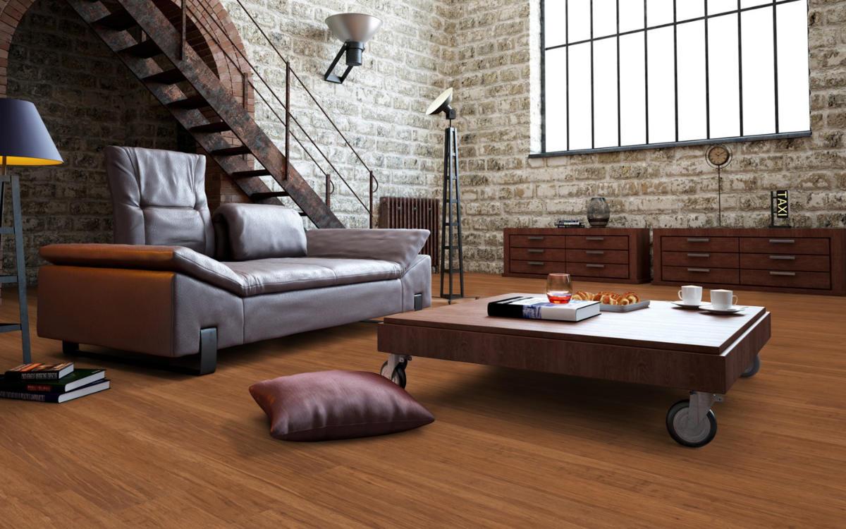 Landhausdiele, Faserbambus, Natur Dunkel in großen Wohnbereich mit Industriefenstern und Treppe.