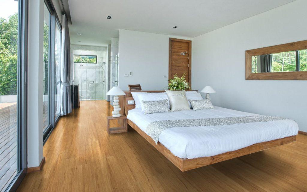Landhausdiele, Faserbambus, Natur Hell, in modernem Schlafbereich mit großem Bett.