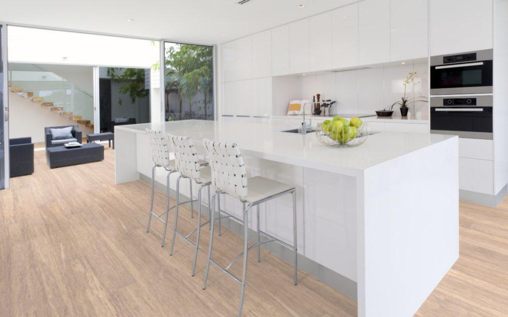 Massivdiele, Faserbambus, Creme, offene Küche mit Kochinsel in weiß