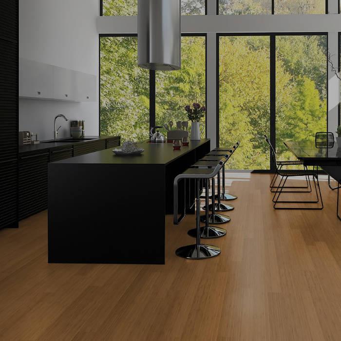 Moderne Küche in schwarz mit Bambus Parkett in natur braun. Küchenblock mit Barhockern, Essbereich und bodentiefe Fenster.