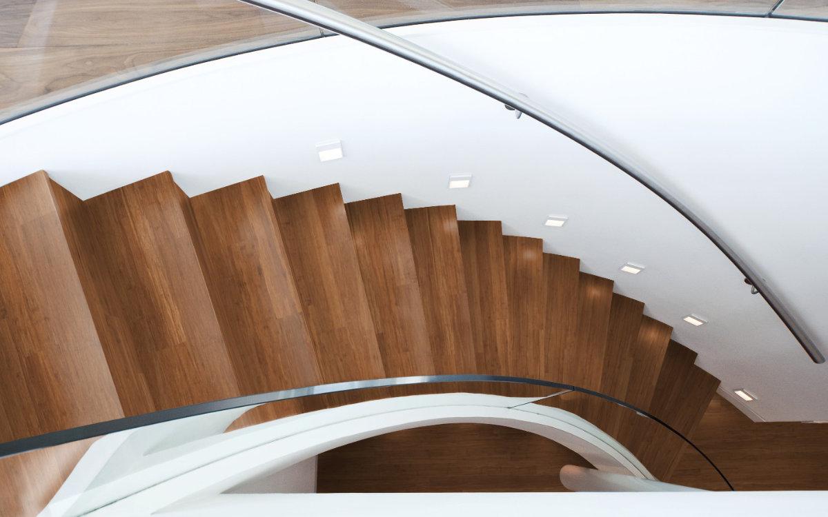 Stabparkett, Faserbambus, Natur Dunkel, Treppe mit Geländer aus Metall